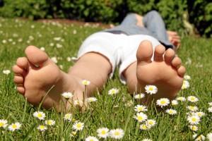 Barfuß mit Gänseblümchen